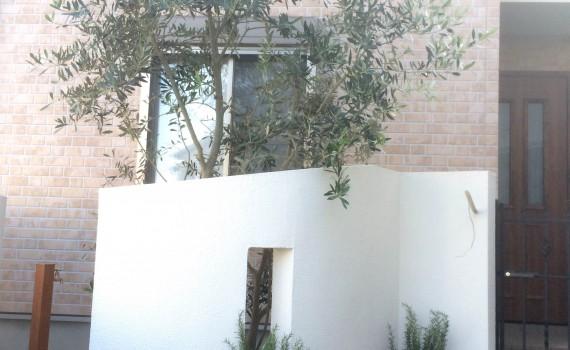 新たな白い門柱と植栽スペース