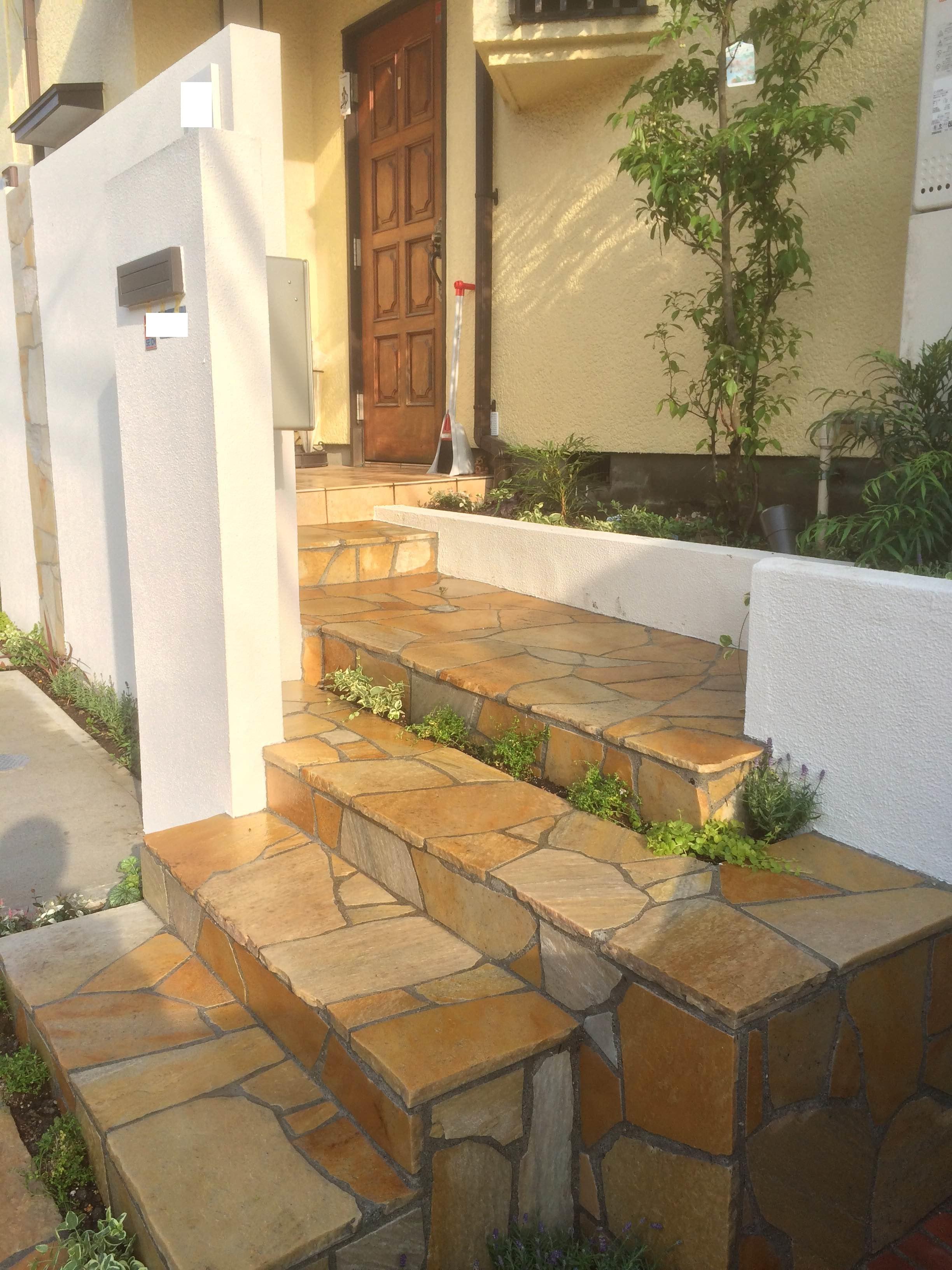 自然石張りのアプローチ階段